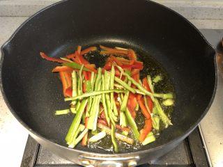 三彩手撕金针菇,接着加入青椒红椒丝,继续翻炒