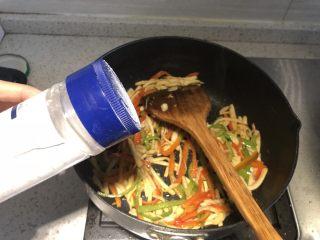 三彩手撕金针菇,出锅前加入盐调味
