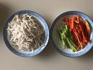 三彩手撕金针菇,青椒红椒洗净切丝