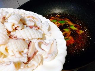 福州+香辣鱿鱼煲,倒入鱿鱼卷