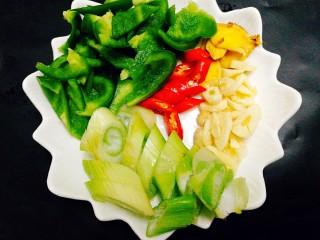 福州+香辣鱿鱼煲,准备好配料,蒜头,大葱,小辣椒 ,青椒,姜片