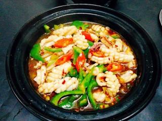 福州+香辣鱿鱼煲,将鱿鱼卷盛入酒精砂锅里