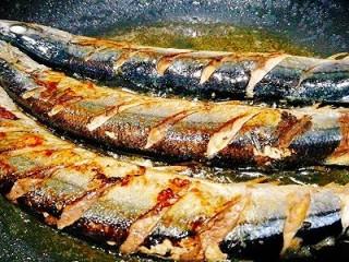 福州+香煎秋刀鱼,煎稍微起皮时,小火