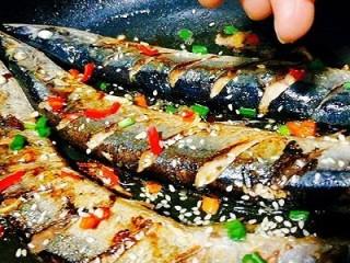 福州+香煎秋刀鱼,加入适量红辣椒,白芝麻,葱