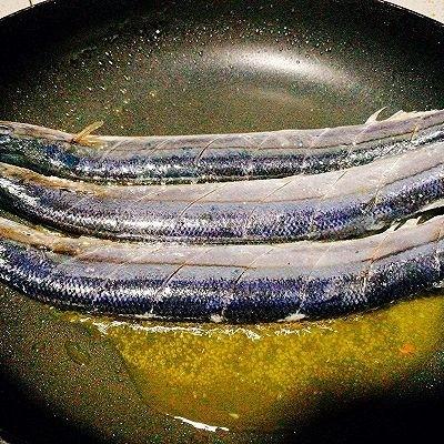 福州+香煎秋刀鱼,将秋刀鱼放入锅里