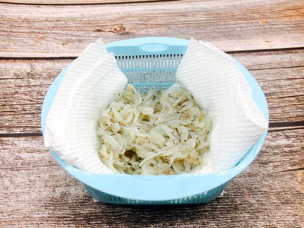 快手早餐 鲜虾皮鸡蛋饼,沥干水分或者用厨房用纸吸干水分。</p> <p>