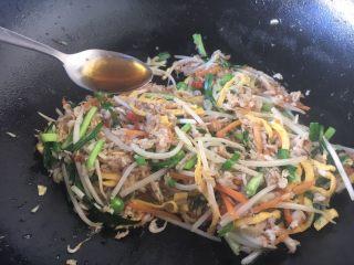 厨房挑战 荤菜 绿豆芽炒鲜虾皮(雪虾),放入1小勺花椒油增鲜提味。