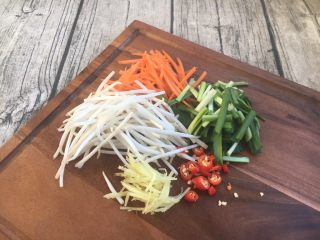 厨房挑战 荤菜 绿豆芽炒鲜虾皮(雪虾),绿豆芽掐去两头,韭菜切寸段,胡萝卜切丝,姜切丝,小米椒切圈。