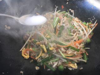 厨房挑战 荤菜 绿豆芽炒鲜虾皮(雪虾),放入1勺的水淀粉勾明芡。