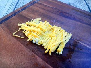 厨房挑战 荤菜 绿豆芽炒鲜虾皮(雪虾),把鸡蛋饼切成丝。