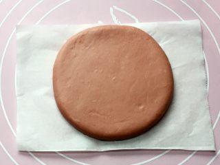 双色花朵馒头,将发酵好的面团分别排气揉匀后,取一红色面团用擀面杖擀成8厘米的圆饼状。