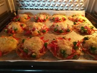 迷你披薩,看到奶酪融化,面上有點點焦