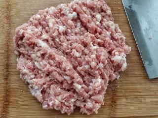猪肉酸菜水饺,猪肉剁成肉馅放入容器中