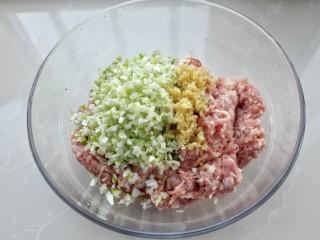 猪肉酸菜水饺,再将葱、姜剁碎放入肉馅中