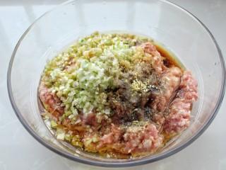 猪肉酸菜水饺,调入生抽、料酒、胡椒粉、盐、鸡精和食用油