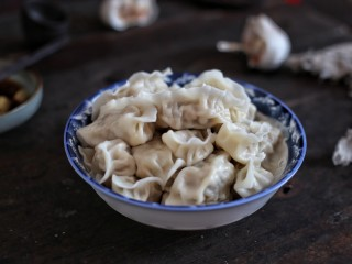 猪肉酸菜水饺,搭配腊八蒜一起,美味极了!