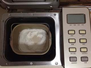 圣诞树面包,面包桶加入除黄油以外的原料(液体在下,顶部放入高粉和酵母),放入面包机启动和面程序30分钟