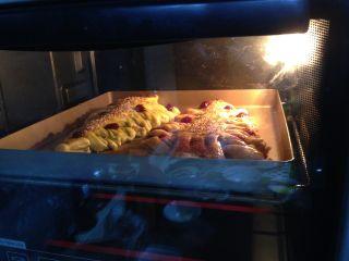 圣诞树面包,入烤箱、中层、上下火、20-22分钟即可(如果表面上色快,要加盖锡纸)
