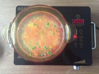 圣诞树沙拉,将杂菜和压好的胡萝卜花片也放入沸水中焯熟;