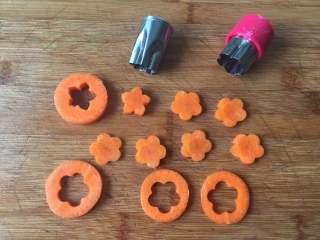 圣诞树沙拉,胡萝卜切片,用模具压出花型和五角星形;