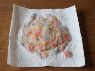 圣诞树沙拉,捞出沥干,再用厨房纸吸干剩余的水分;