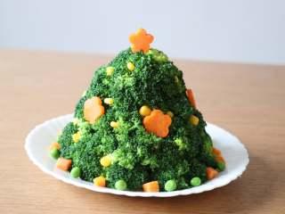 圣诞树沙拉,用剩下的杂菜和胡萝卜花片装饰一下,五角星的胡萝卜花片插半根牙签再插入顶部;