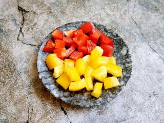 彩椒炒鸡丁,红椒和黄椒分别切小丁备用