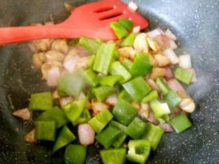 彩椒炒鸡丁,加入青椒丁