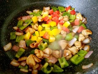 彩椒炒鸡丁,炒一会儿加入红椒黄椒