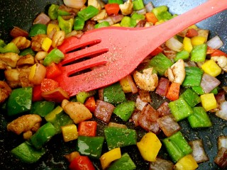 彩椒炒鸡丁,最后加少许黑胡椒碎