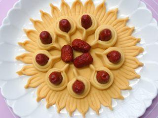 富贵花开枣花馍,依法制作9个相同大小的花瓣,然后摆放在之前做好的枣花馍底部上,中间部位再放上三颗红枣填满。
