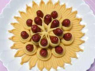 富贵花开枣花馍,如图:将制作好的花瓣放在花馍上边的中间部位。