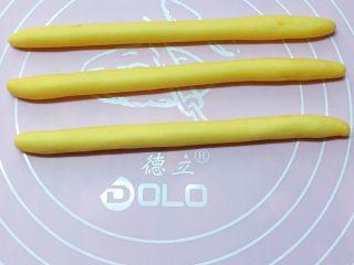 富贵花开枣花馍,再取小份面团均匀分成四等份,分别搓成约20cm的长条。