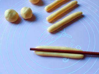 富贵花开枣花馍,再取中份面团均匀分成9等份,然后搓成8cm的长条,用筷子从中间压一条直线印痕。