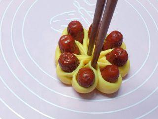 富贵花开枣花馍,如图:再用筷子从中间部位夹紧。