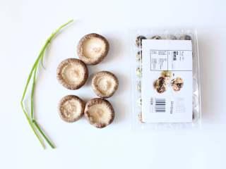 香菇蛋挞(适合24个月龄以上的宝宝),准备所有食材