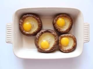 香菇蛋挞(适合24个月龄以上的宝宝),将鹌鹑蛋去壳,蛋液倒入到香菇中备用