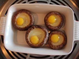 香菇蛋挞(适合24个月龄以上的宝宝),将装好了鹌鹑蛋的香菇放进锅中,沸水蒸6到8分钟