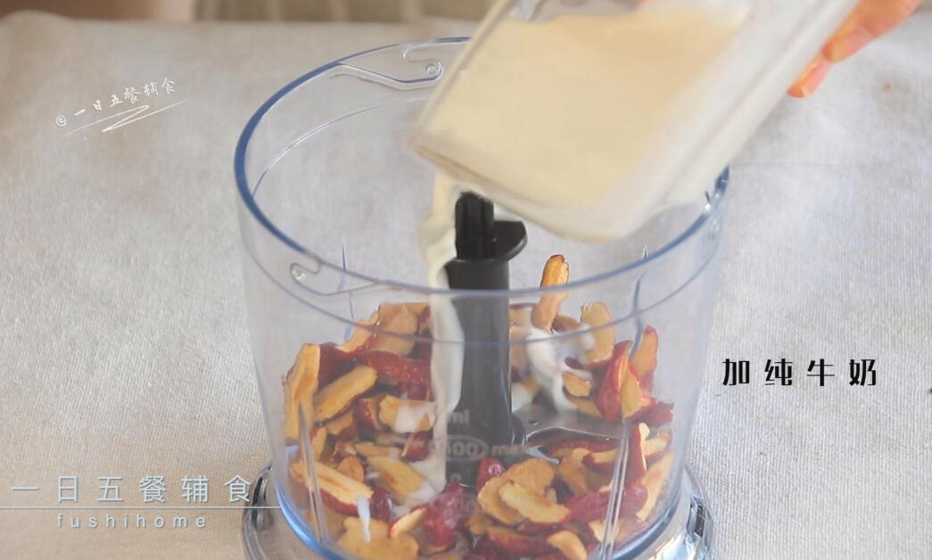 红枣红糖馒头,红枣干用剪刀去核,红枣碎和纯牛奶一起打成红枣奶泥。</p> <p>>>配方中50克红枣,是去核的重量。1岁以下用配方奶或清水替代牛奶,清水要比牛奶少10%。</p> <p>