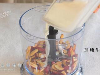 红枣红糖馒头,红枣干用剪刀去核,红枣碎和纯牛奶一起打成红枣奶泥。 >>配方中50克红枣,是去核的重量。1岁以下用配方奶或清水替代牛奶,清水要比牛奶少10%。