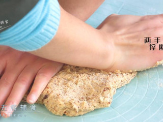 红枣红糖馒头,同时再配合着两手向两边撑断面筋,然后再揉起来,更容易使面团光滑。一直都是5步和6步重复的手法揉面。这么点面我揉约10分钟。