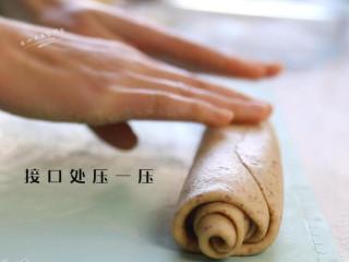 红枣红糖馒头,将接口处压一压,感觉整个粗细不一,将整个长条再搓搓圆。