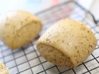 红枣红糖馒头,说了这么多优点,再说说它的缺点,就是只适合在家吃,不适合带出去吃,啊哈?就是热的时候特别软,趁热吃特别棒,冷下来了就比石头软一点点吧。下次吃再加热5分钟就可以了。
