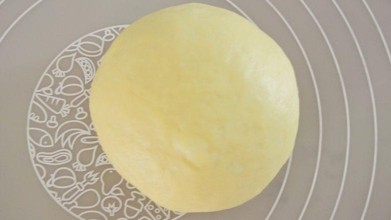 圣诞花环面包,一发完成以后滚圆排气。面团分成六分。每三份可以做一个花环