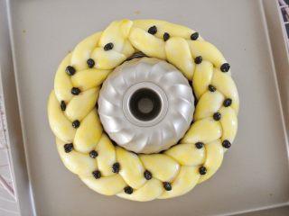 圣诞花环面包,中间扣一个圆形的模具或者碗都可。把辫子围成一个圈。收口要捏紧