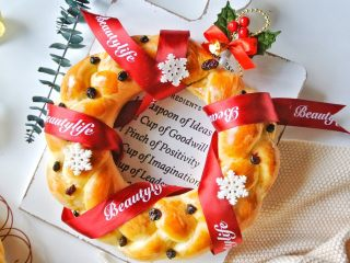 圣诞花环面包,装饰完成