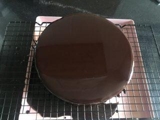 八寸巧克力慕斯巧克力淋面裱花蛋糕,过筛好的淋面液放凉到温热,不能感觉烫,大概四十多度,就可以淋了,要快,一气呵成。