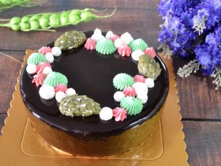 八寸巧克力慕斯巧克力淋面裱花蛋糕,成品。