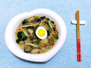 牡蛎时蔬面,牡蛎时蔬面装入容器中撒上甜椒粒做装饰更加精致