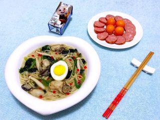 牡蛎时蔬面,搭配一盘香肠和金桔营养更加均衡当然也少不了开胃的酸奶噢